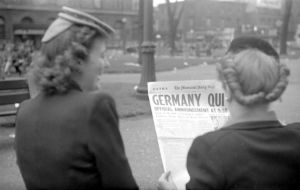Women reading news of VE Day