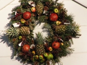 A recreation of Colonial Era wreath style. Note how everything is natural and arrange symmetrically. (Photo credit: Cindy McCord at Colonial Williamsburg, 2006)